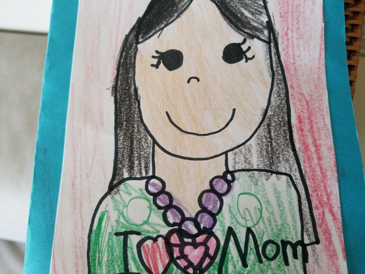アメリカ育ちの娘が学校で書いてくる自画像なのだが、アメリカの幼稚園で書いてくるやつと、週末の日本語学校で書いてくるやつとで、画風が完全にアメリカ風と日本風に切り変わるのが超気になってる。