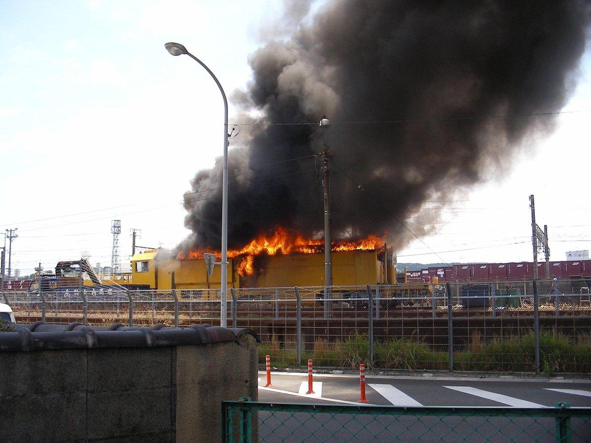 先ほど、職場横の東静岡駅東側で 新幹線保線車両が燃えた❗️臭くて、喉は痛いわ 頭痛いわ電車は普通に走ってるようですが。。。 pic.twitter.com/MdwsROqEZC