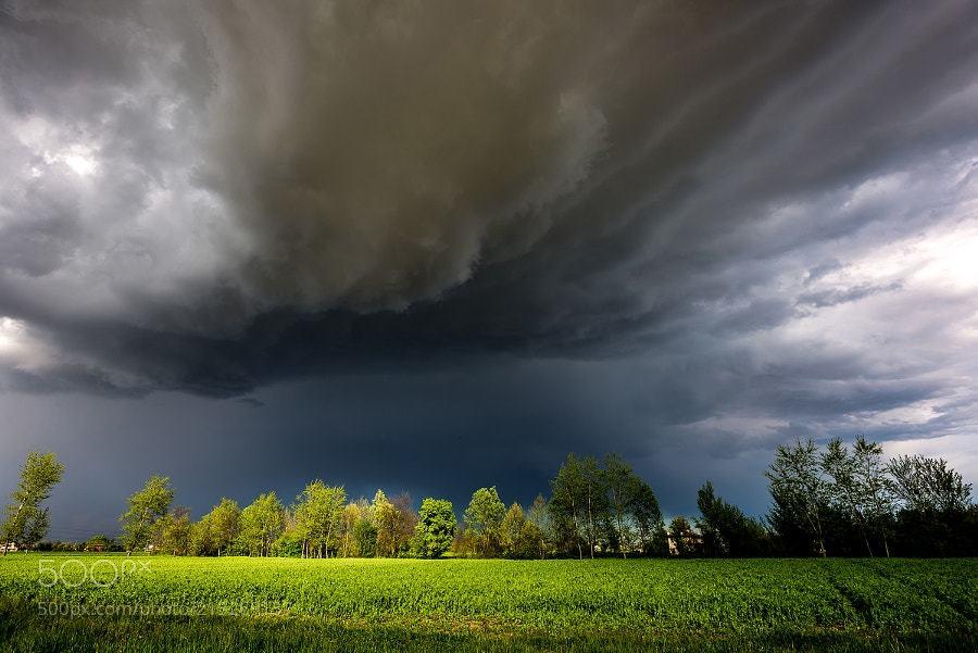 Meteo Italia divisa: tempo instabile al Nord, afa al Sud. Tromba d'aria a Modena