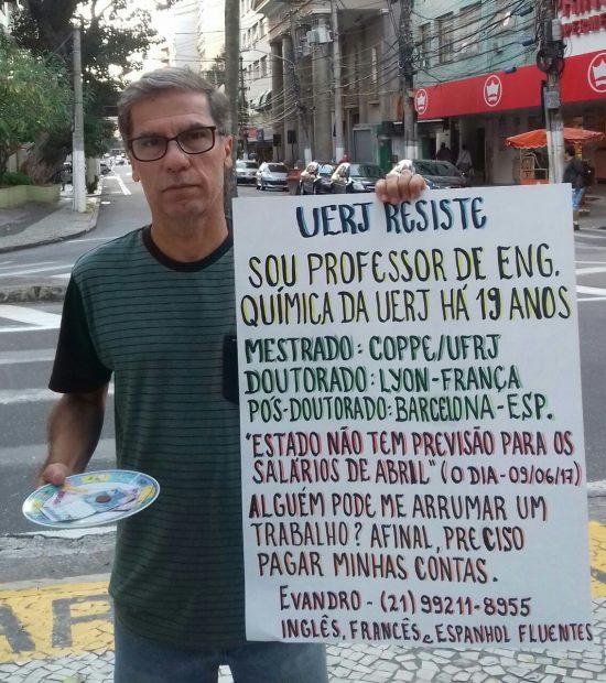 Sem salário há três meses, docente da UERJ pede emprego com cartaz para pagar contas atrasadas https://t.co/1BJSNMQOxM
