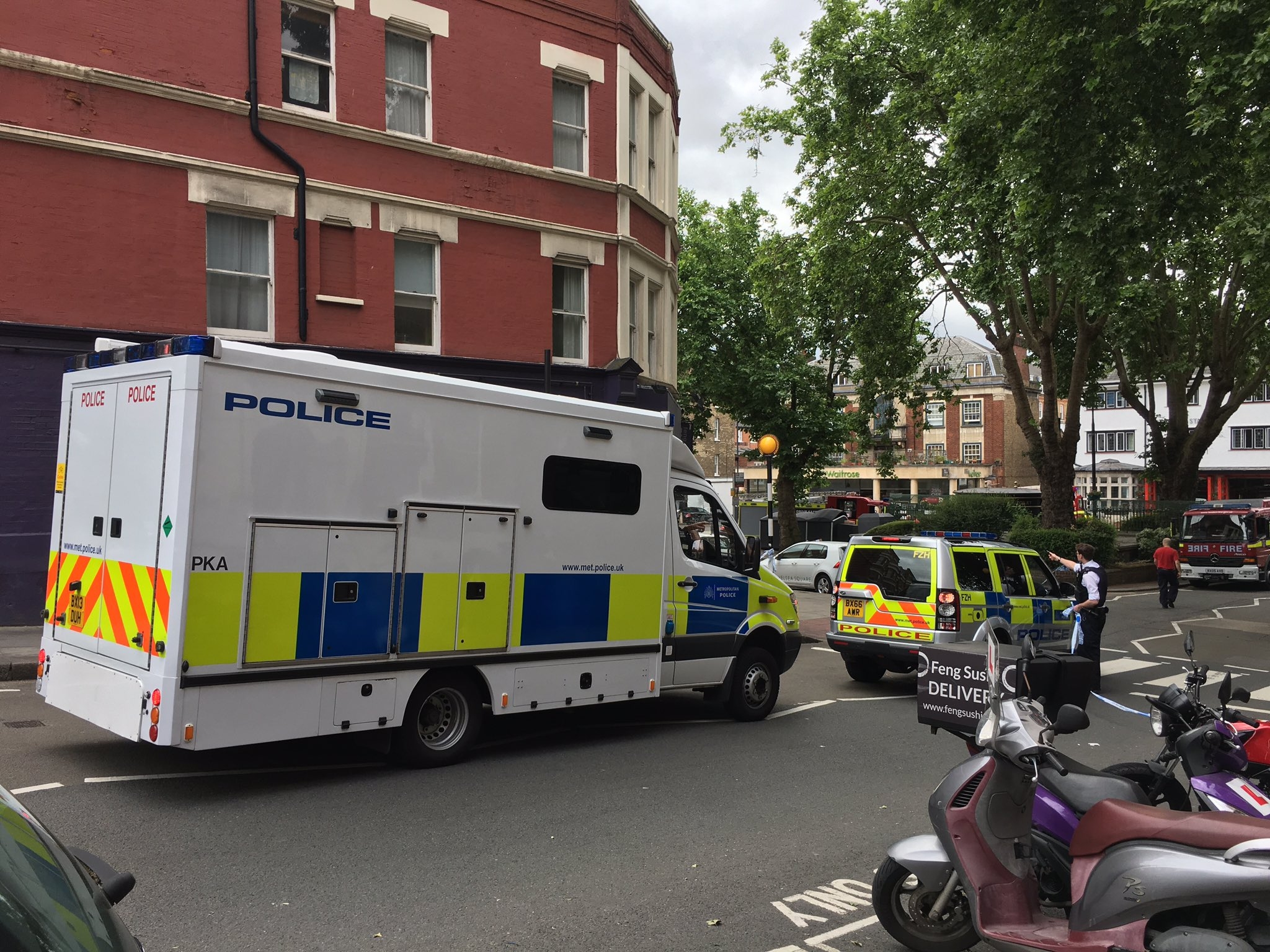 Arrival of more police, West End Lane closed off. Worried residents not able to return home. @WHampstead @WELBooks https://t.co/YMx8z61Qkw