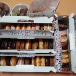 親父が酔っぱらってこの棚全部くださいっていった結果ドーナツの量やばすぎる