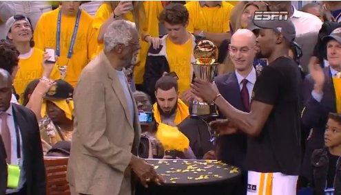 【影片】第二次!NBA總裁遭狂噓頒獎又不過指環王手 83歲顛簸讓人心疼