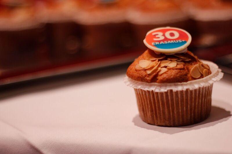Joyeux anniversaire #Erasmus ! 🎉🍾 30 ans, 9 millions de participants, et un beau succès européen ! 🇪🇺 #ErasmusPlusP#30ansl#GenerationErasmusus