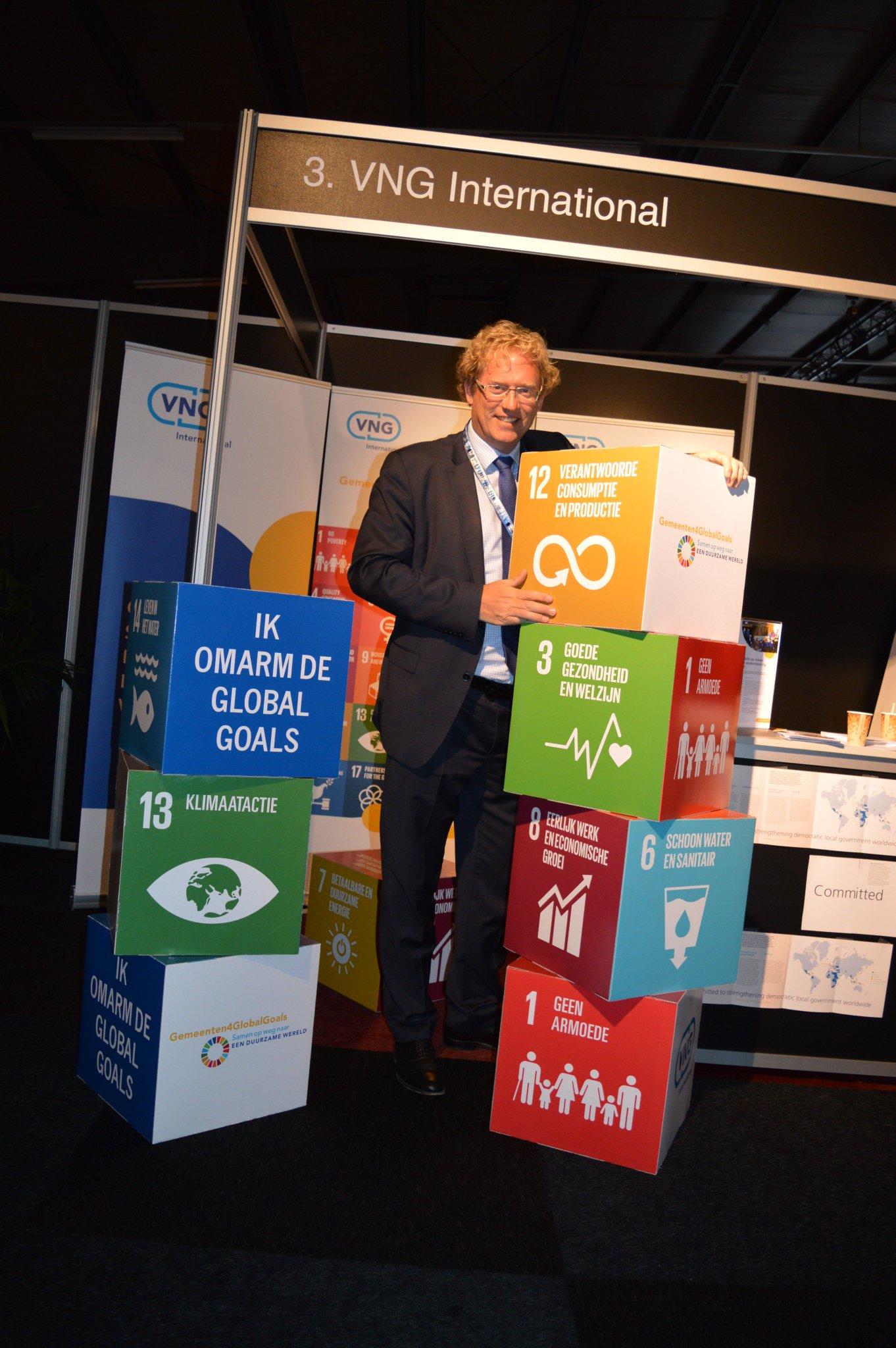 Burgemeester @arnoudrodenburg van @Midden_Delfland omarmt de #GlobalGoals! #SDGs #Cittaslow #VNGcongres2017 https://t.co/aluGMxYf1Q