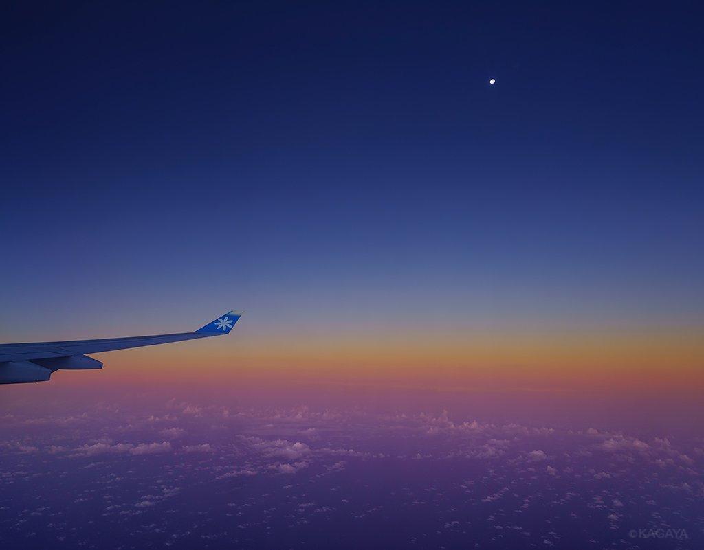 飛行機から見た有明の月と虹です。(本日南太平洋上空にて撮影)今日もお疲れさまでした。明日もおだやかな一日になりますように。 pic.twitter.com/dFUwcmJf2i