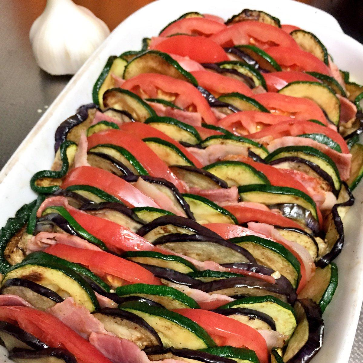 夏野菜の重ね焼き。 4人前。トマト2個、ズッキーニ大1本、米ナス大1個、ベーコン12枚くらい。材料を5〜10mmくらいに切って、軽く塩胡椒して焼いてグラタン皿に重ねて入れ、とろけるチーズをかけてオーブン200度で15〜20分。チーズの表面がいい感じになったら出来上がり。