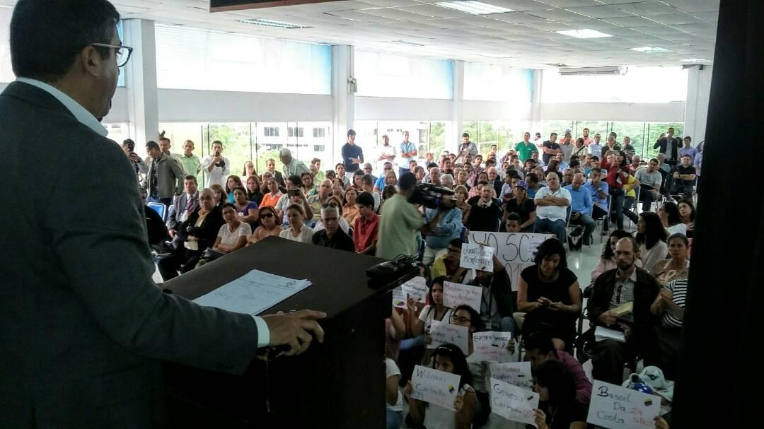 Hoy en la UBA-Turmero habla Miguel Rodríguez Torres y los alumnos le recuerdan las víctimas del 2014 via @churuguara https://t.co/LuryxxE6sW