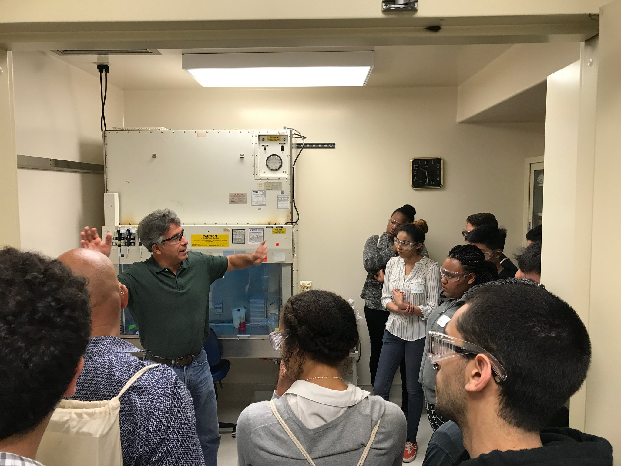 Paul Yaswen teaching #EastBay HS students abt methods of detecting environmental carcinogens #BioEGSB #BioSciNextGen https://t.co/ZPr0ExdCjw https://t.co/rQ60zrnI6O