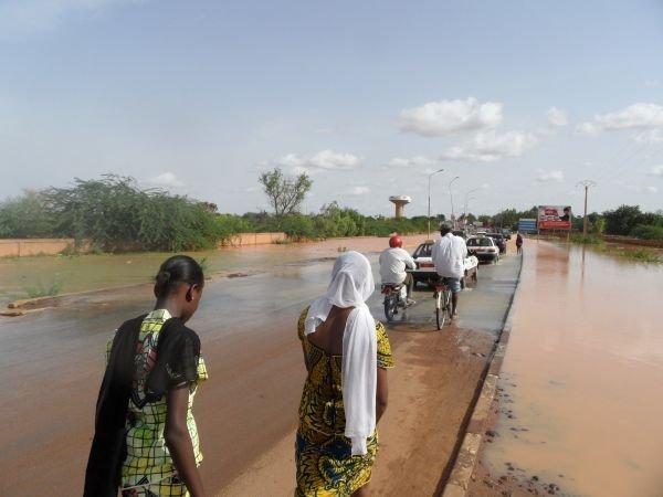 #Niger : où sont passés les Services de curetage de caniveaux de la #CUN ? voilà que nos maisons sont inondées qu'elle #Mairie insouciante ! pic.twitter.com/5sGbHzRSTU