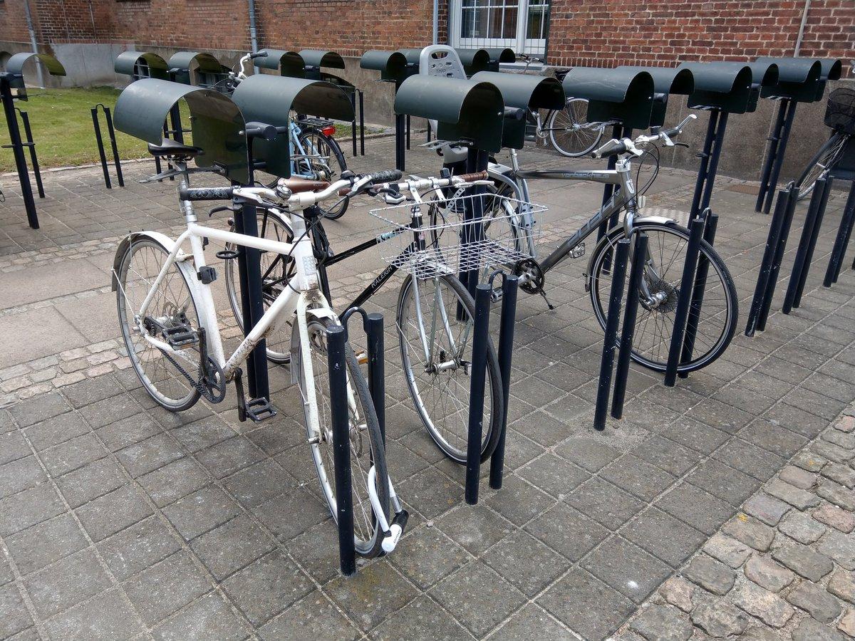Fahrradständer mit kleinem Dach für den Sattel. Super
