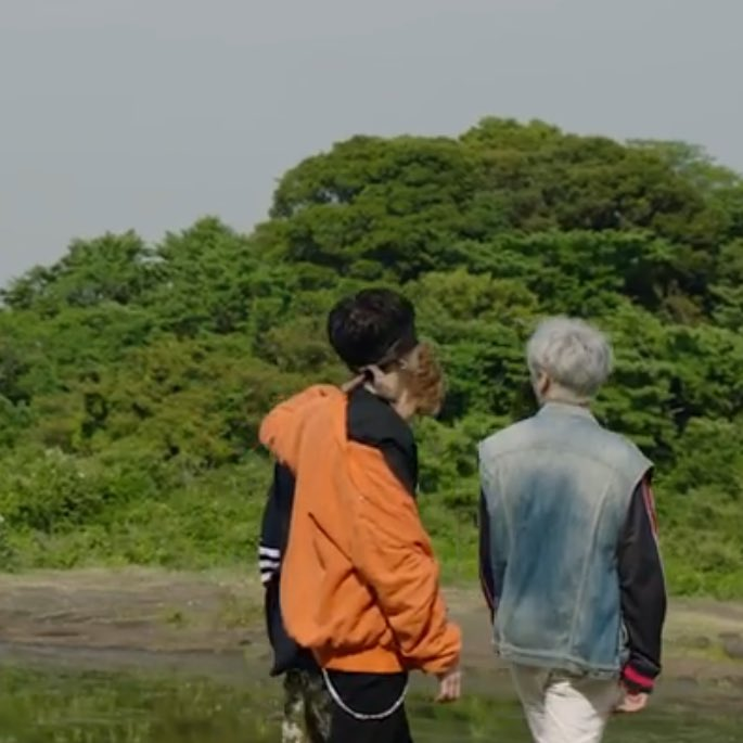 #KIHYUN IS BLIND FOLDED AND BEING GUIDED BY CHANGKYUN WHILE WALKING??? EXPLANATION PLS   #MONSTA_X #몬스타엑스 #SHINE_FOREVER #기현<br>http://pic.twitter.com/IIxaxRs3jE