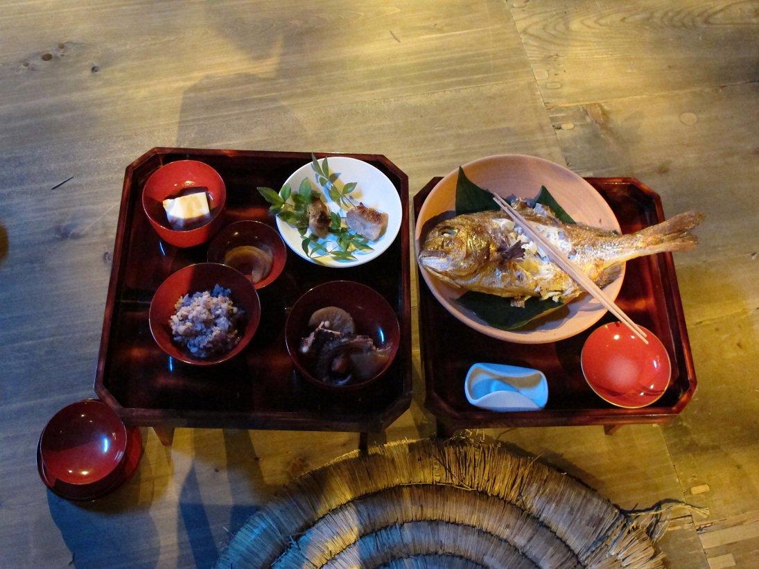 【#忍び活動録】  こちらは伊賀の権力者たち、十二家評定の祝いの料理です。 下忍達よりもかなりいい物…!  #忍びの国 #7月1日公開