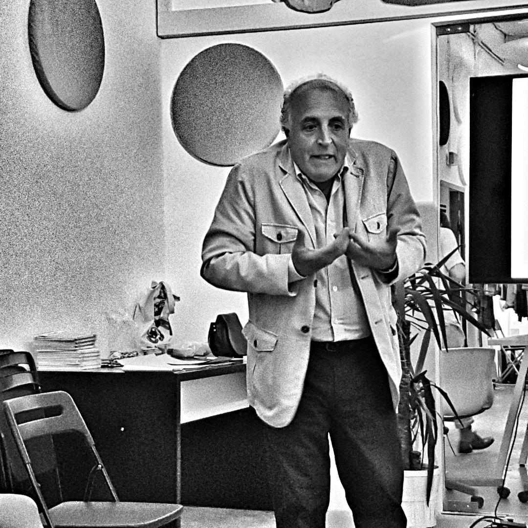 """""""Caminar al lado de alguien es la máxima expresión de cercanía"""" @ARdelasH en #SantillanaLab https://t.co/U7Cj1IuUr7"""