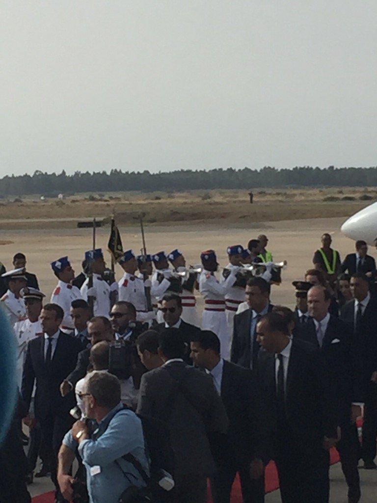 Arrivée @EmmanuelMacron et accueil Mohammed VI à l aéroport Rabat Sale #Maroc https://t.co/dNm4prlHDu