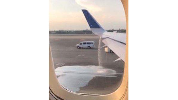 ユナイテッド航空、翼の燃料漏れに気付かず離陸しようとし乗客の通報で緊急整備 https://t.co/Ez1lkV2R3K https://t.co/7TUrglitot