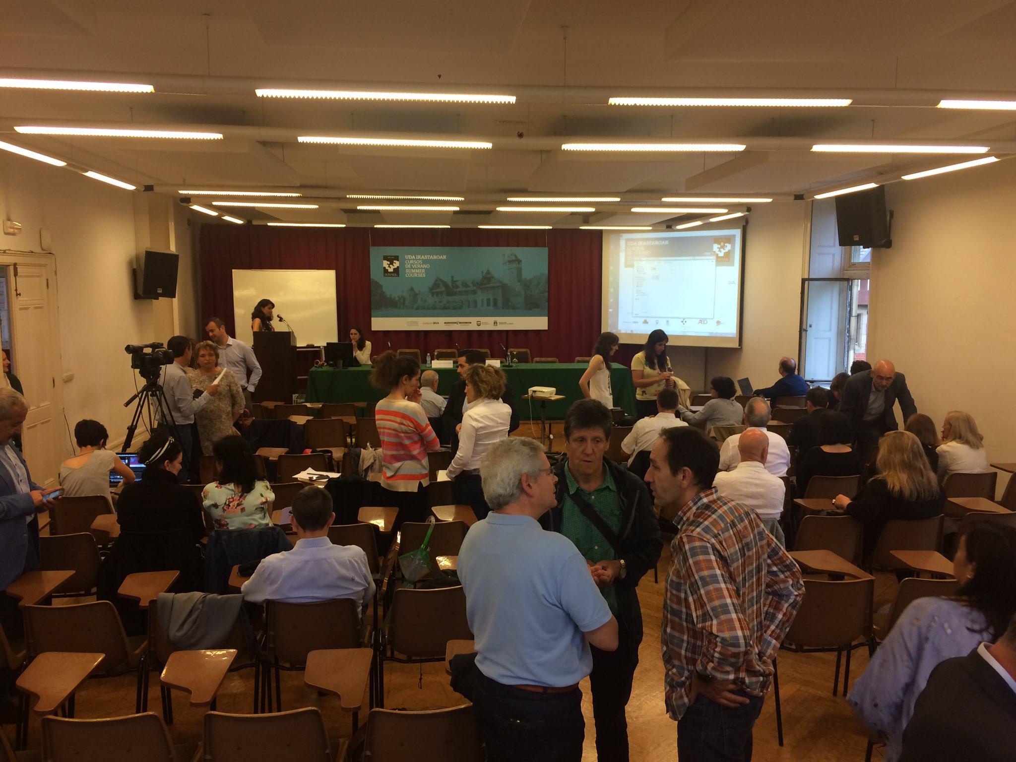 En breve comenzamos el #ehealthdonostia la sala empieza a animarse. Momento de encuentros y saludos https://t.co/leTwvegct6