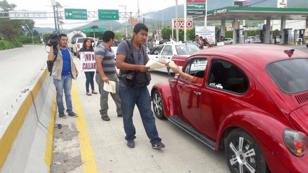 Protestan #periodistas en #Guerrero a un mes del #asesinato de #JavierValdez https://t.co/NyUy7hYWaO https://t.co/A6CJieoNJt