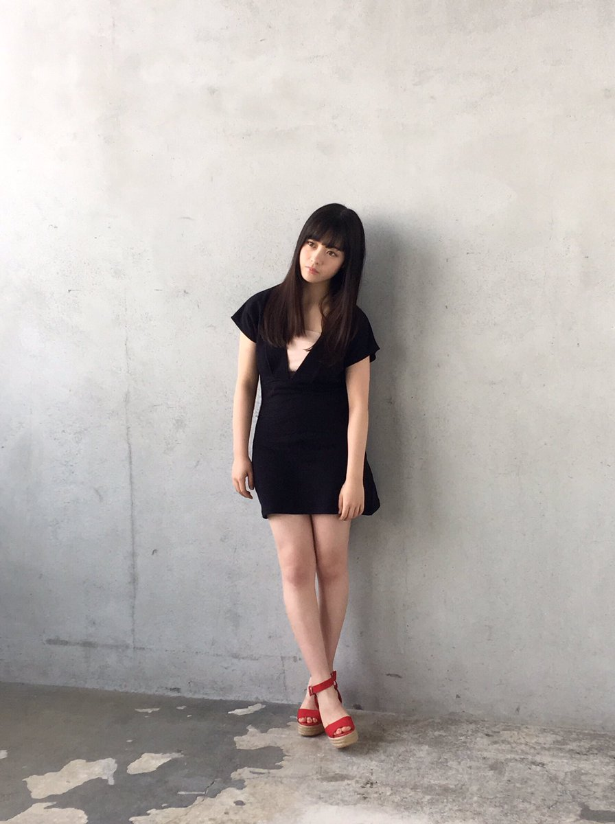 黒ミニワンピの橋本環奈