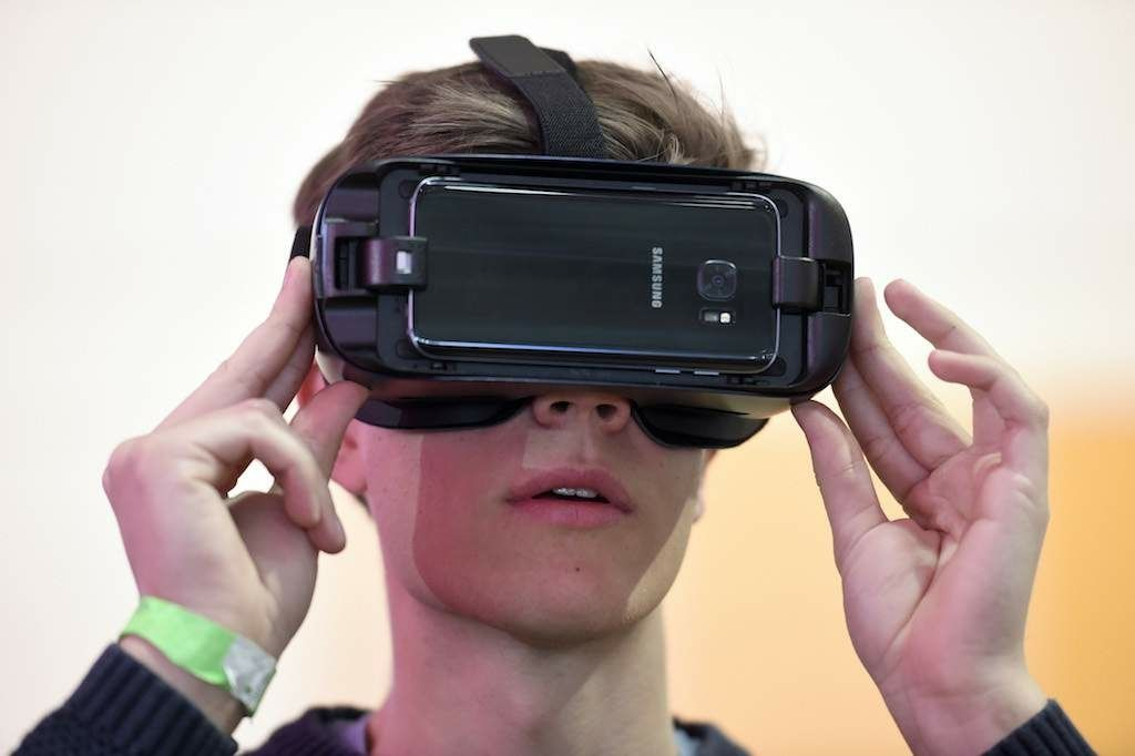#Samsung Reportedly Working On Standalone #GearVR Headset With 2,000 ppi Pixel Density  http:// buff.ly/2sBROd6  &nbsp;   #VR #VirtualReality<br>http://pic.twitter.com/Wvh4Eha3Fw