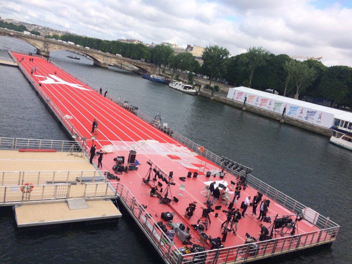 Quoi de neuf demande Twitter ? Une piste d'athlétisme sur la Seine. Wh...