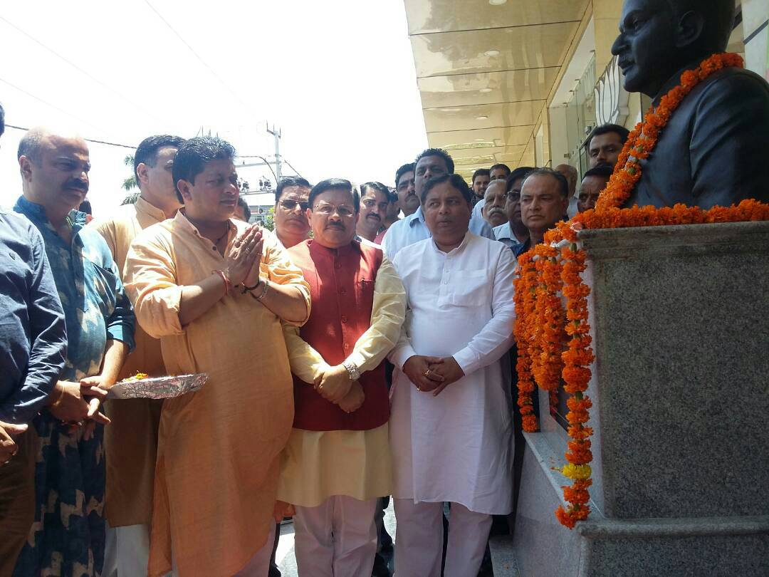 BJP National Vice President Shyam Jaju pays tribute to founder of Janasangh #ShyamaPrasadMukherjiee on his death anniversary in Jammu