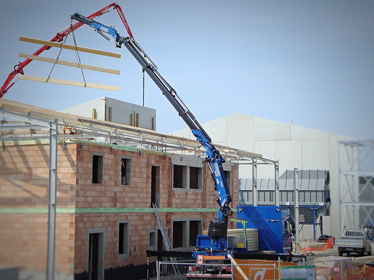 FIRST DAY IN ACTION - happy!  #fassi F365. client HALLENBAU RAABS #roof #lifting #construction  @KOGLER_Kran  @FassiGruSpA @Fassi_cranes<br>http://pic.twitter.com/OKq6NP6FOZ