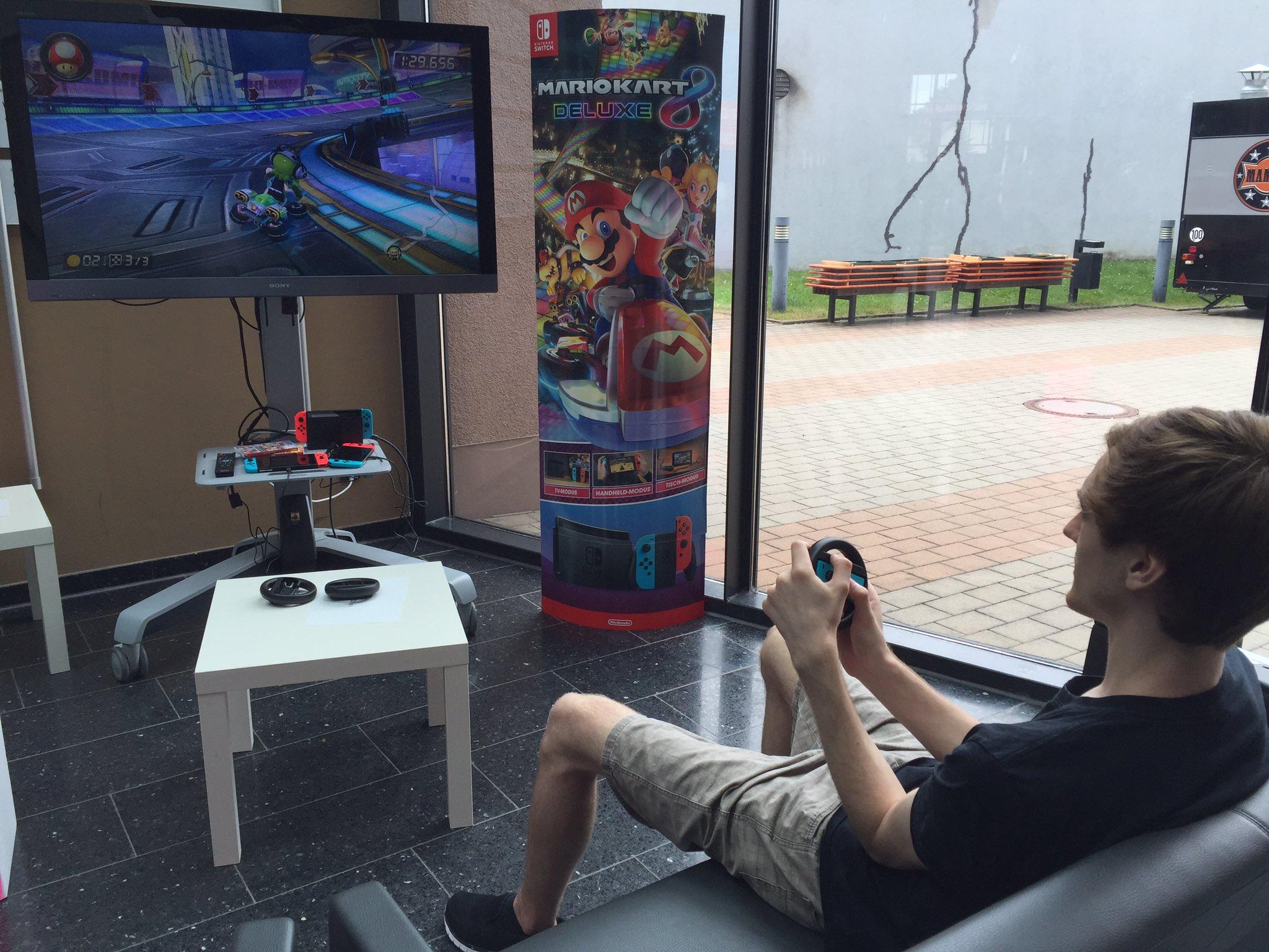 Die Spielestation mit den @NintendoDE Switches ist aufgebaut @HS_Harz - @krischkrasch testet sie. #ADD_ON #gamedev #Nintendo #MarioKart https://t.co/AEB706gQHf