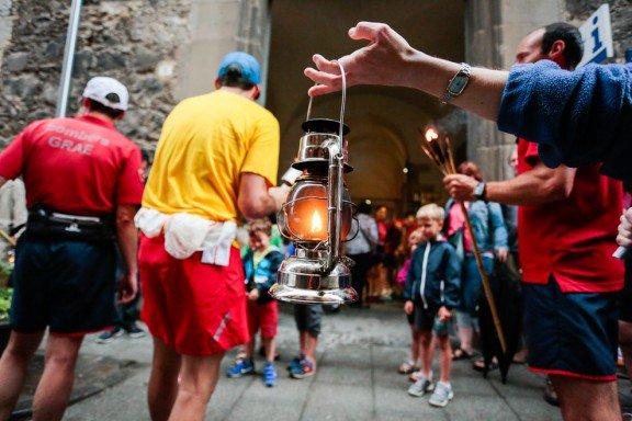 La Flama del Canigó encén avui les fogueres de Sant Joan arreu dels Pa...