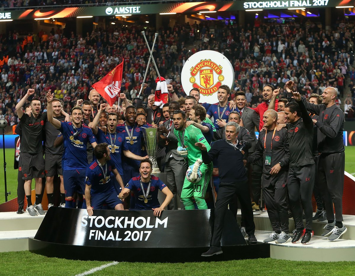 The Manchester United squad celebrate with the Europa League trophy! #UEL <br>http://pic.twitter.com/RafRBwckwI