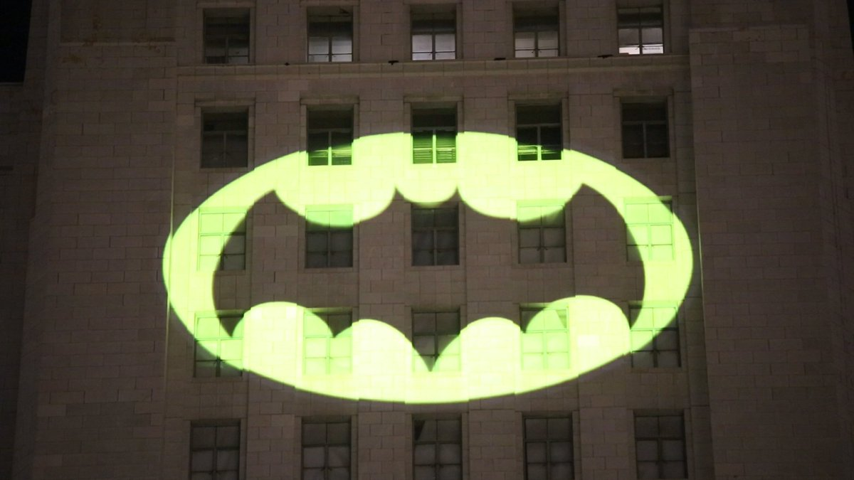 The bat-signal lights up Los Angeles in honor of Adam West https://t.co/yak6HyJEgr