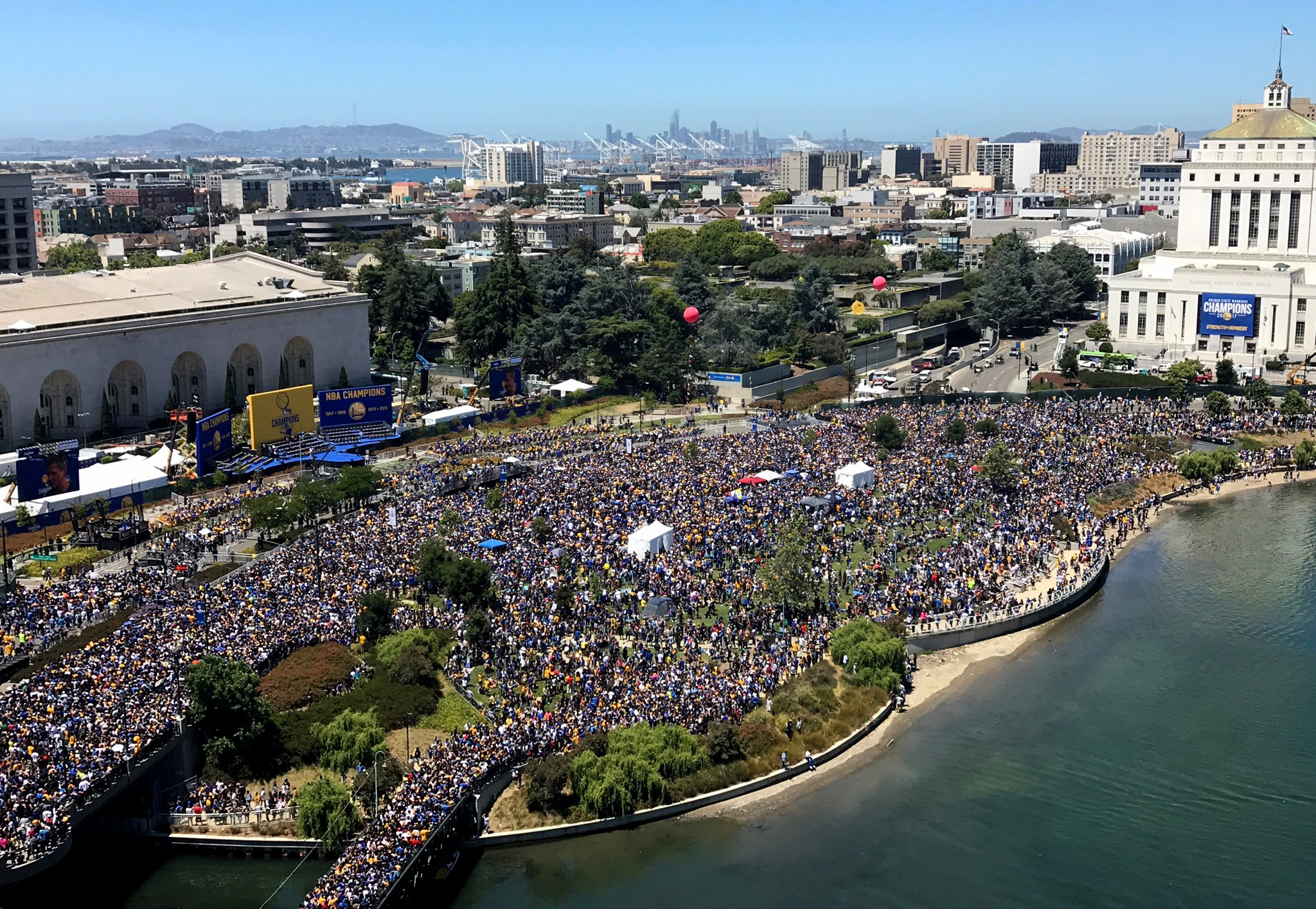 Now THAT's Strength In Numbers 🏆 #WarriorsParade https://t.co/xiuNcWaL8d