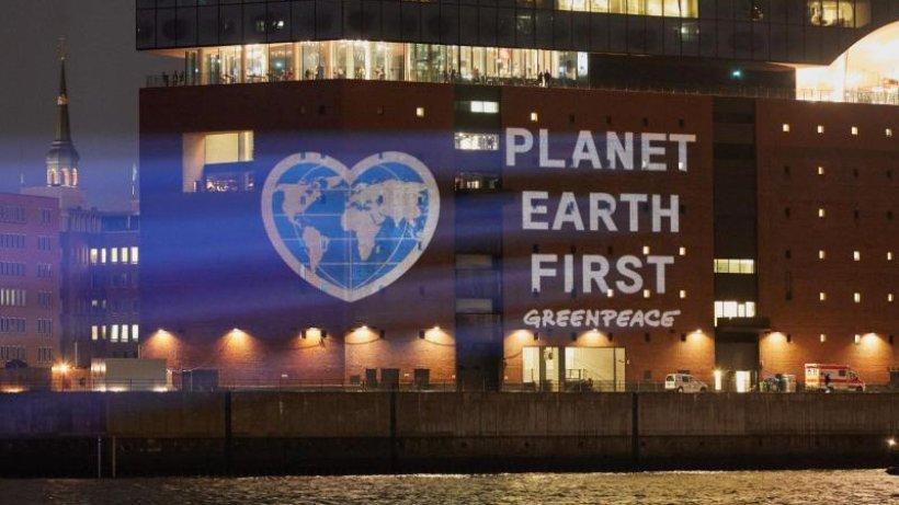 International: Greenpeace setzt an Elbphilharmonie ein Klimaschutzzeic...