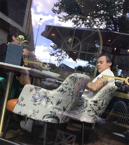 Harry with his mum Anne in a restaurant in London yesterday!!!  #HarryStylesLiveonTour #HarryStyles #Harry #Styles <br>http://pic.twitter.com/sGx3IyNSwU