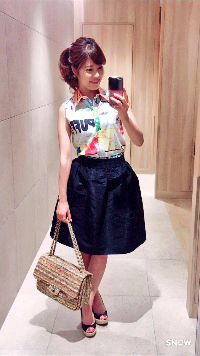 アメコミ柄のノースリーブブラウスと黒いスカートをはいている神田愛花アナ画像