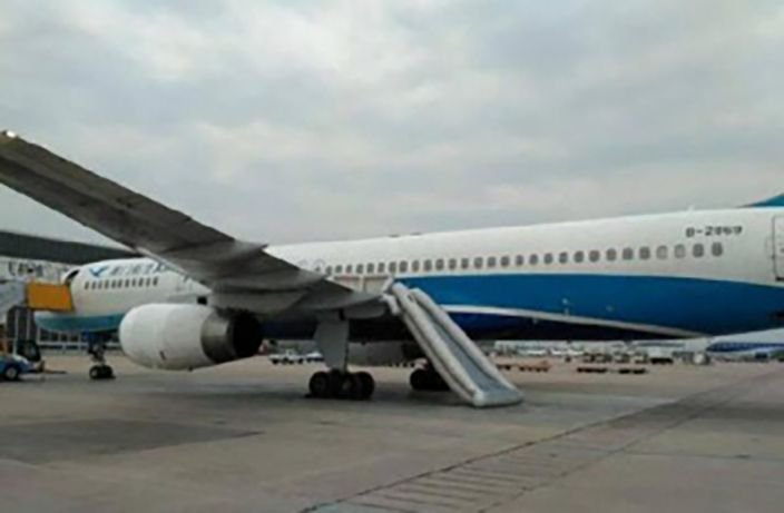 #Woman Deploys #Emergency #ExitSlide on #Plane at #Beijing #Airport. What an idiot  http:// bit.ly/2shXmcT  &nbsp;  <br>http://pic.twitter.com/vw3AiOqM0H