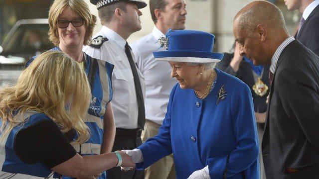 Rainha Elizabeth e príncipe William visitam abrigo para vítimas do incêndio em Londres https://t.co/5joWqbzPuv