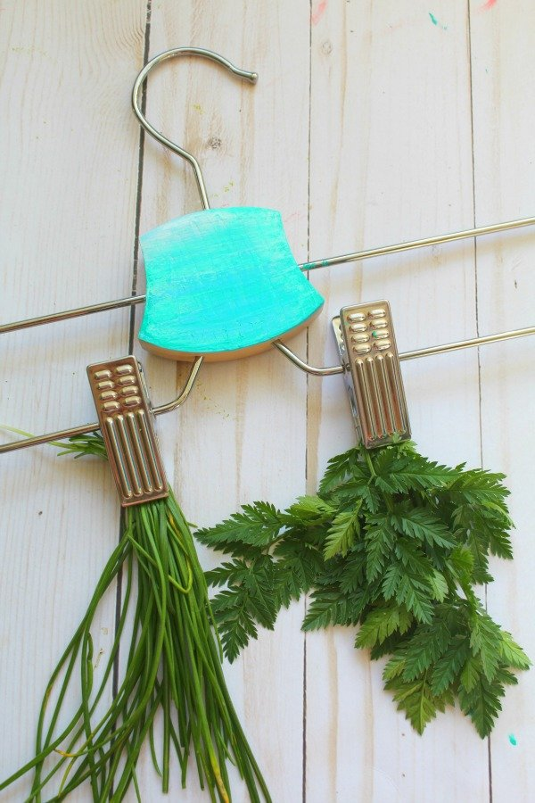 Here is a great #gardening #hack: Use an @IKEAUSA hanger to dry #herbs easily. See how!  http:// thehomespunhydrangea.com/ikea-hack-home made-herb-drying-rack/ &nbsp; … <br>http://pic.twitter.com/9rf9PvHzhi