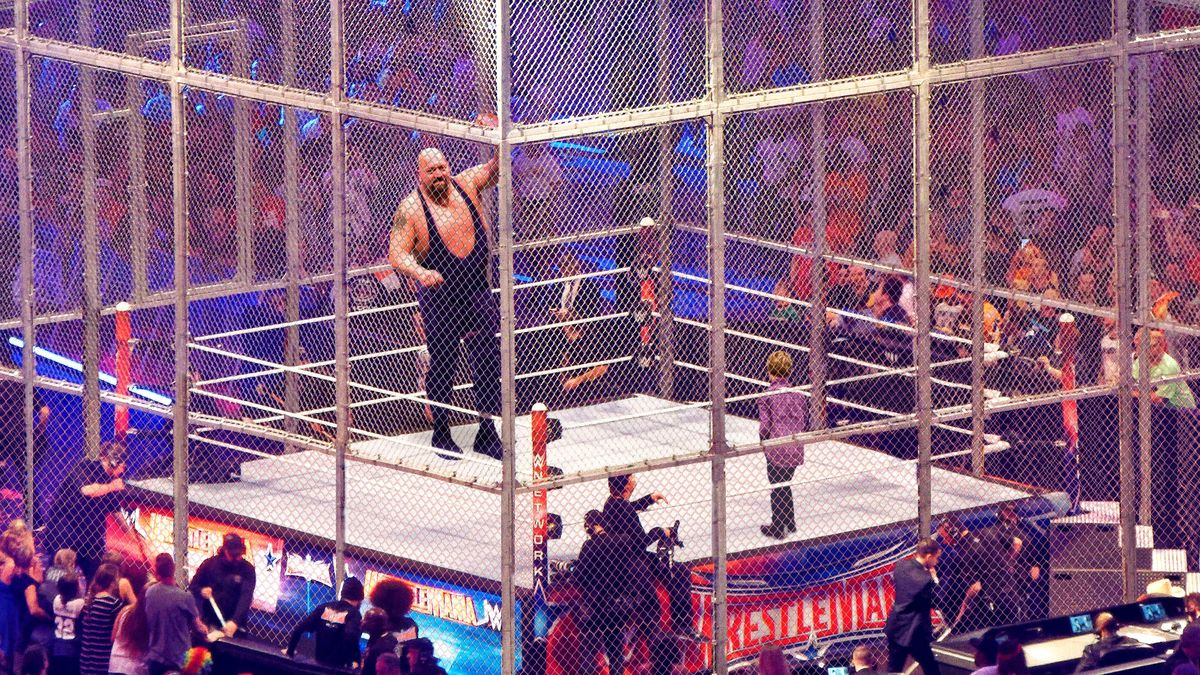 WWE Staff Forced To Shoot Aggressive Wrestler After Child Climbs Into Steel Cage trib.al/n3IfZoG