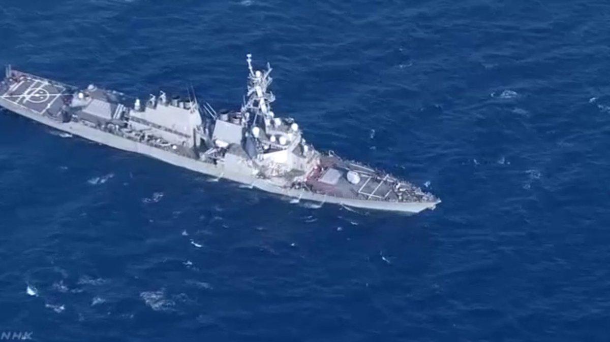 Филиппинское судно протаранило американский эсминец