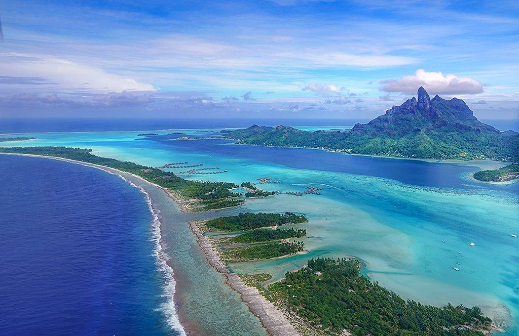 今回の旅行の最終目的地、タヒチのボラボラ島に着きました。 中央にそびえる山、本島を取り囲む環礁とその色彩がまるで南太平洋に浮かぶ宝石のようです。(一昨日撮影)