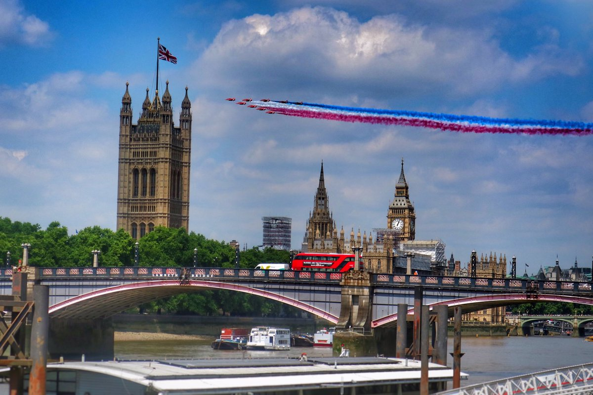 Just caught the red arrows flying over Westminster for the Queen&#39;s birthday! @rafredarrows @Queen_UK #london #westminster #parliament #plane <br>http://pic.twitter.com/6NN1YI00Qy