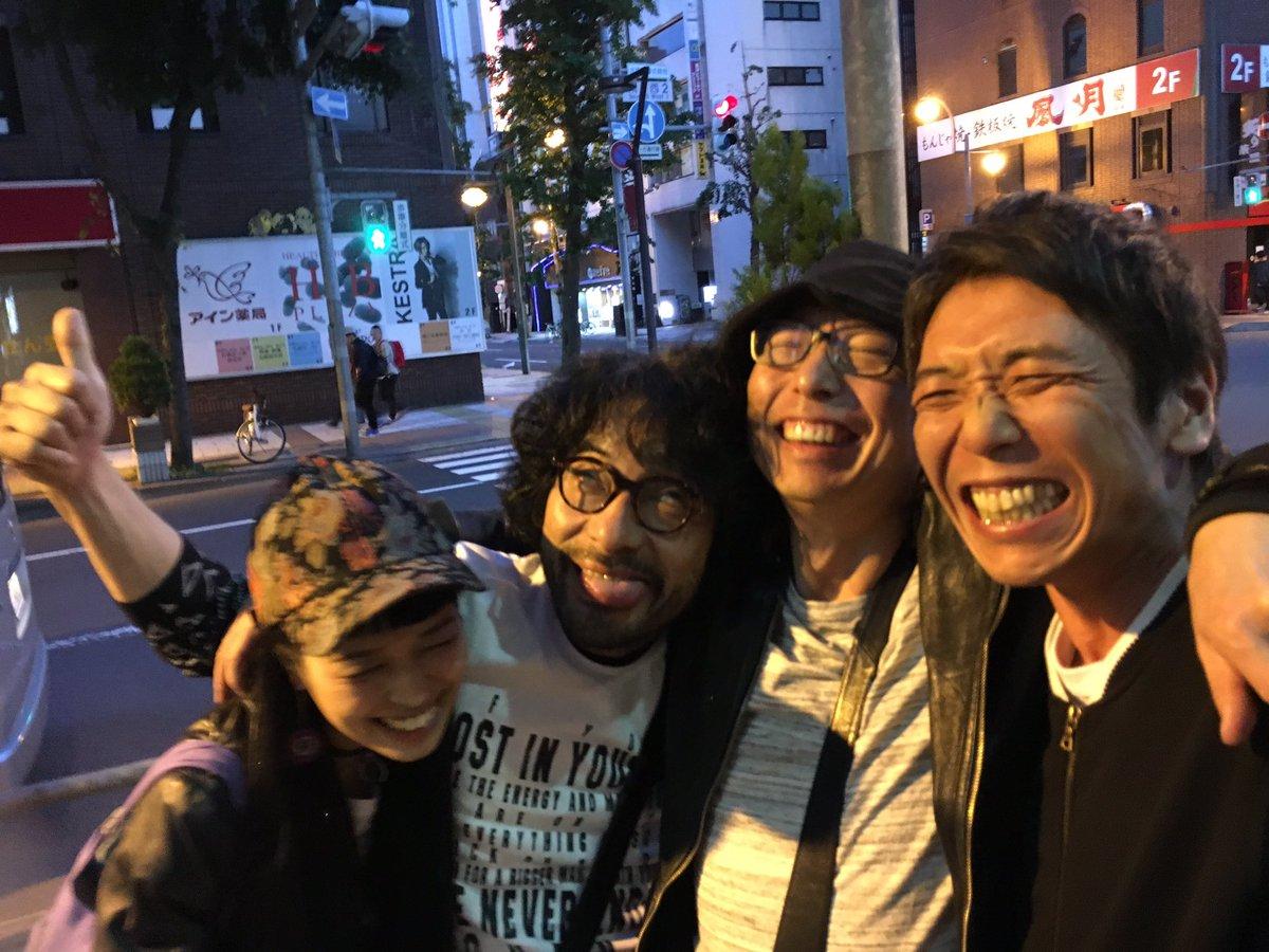 ミスチル札幌で、観に行ってめちゃくちゃ感動して朝まで呑んで、なかけいとジェンとサポートのチャランポこはると。最高のライブでした! #ミスチル https://t.co/rLaQuHex2q