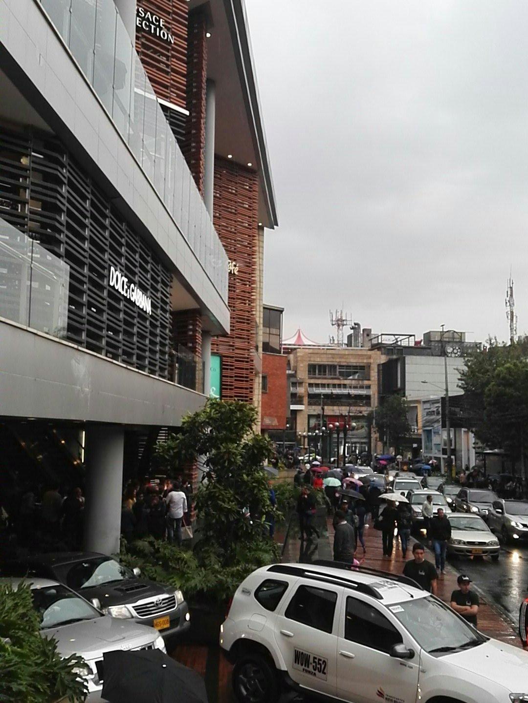 @FonsecaMonica Evacuan Centro comercial Andino por atentado https://t.co/BT4xyTUcwr
