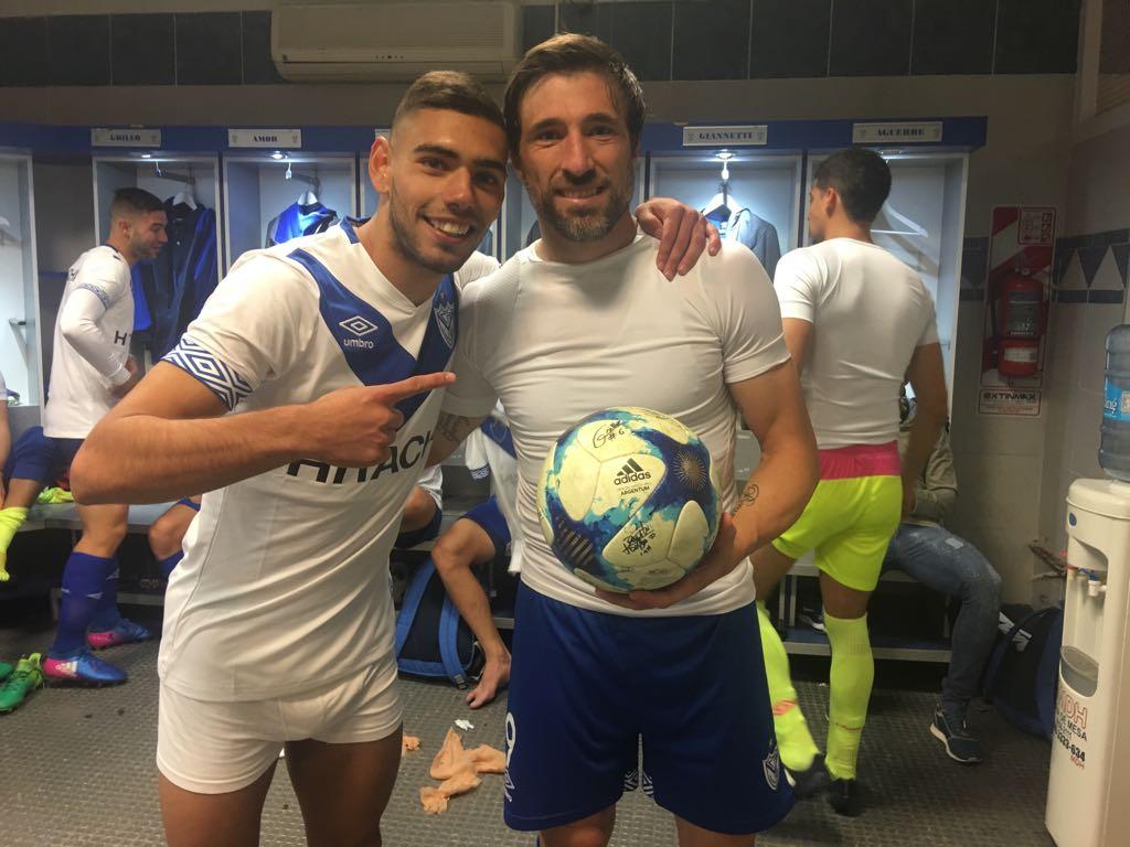 Mariano Pavone se lleva la pelota con su hat-trick junto a Nico Delgadillo que también anotó #VEL5xSAR1 https://t.co/TxsyjpwQaG