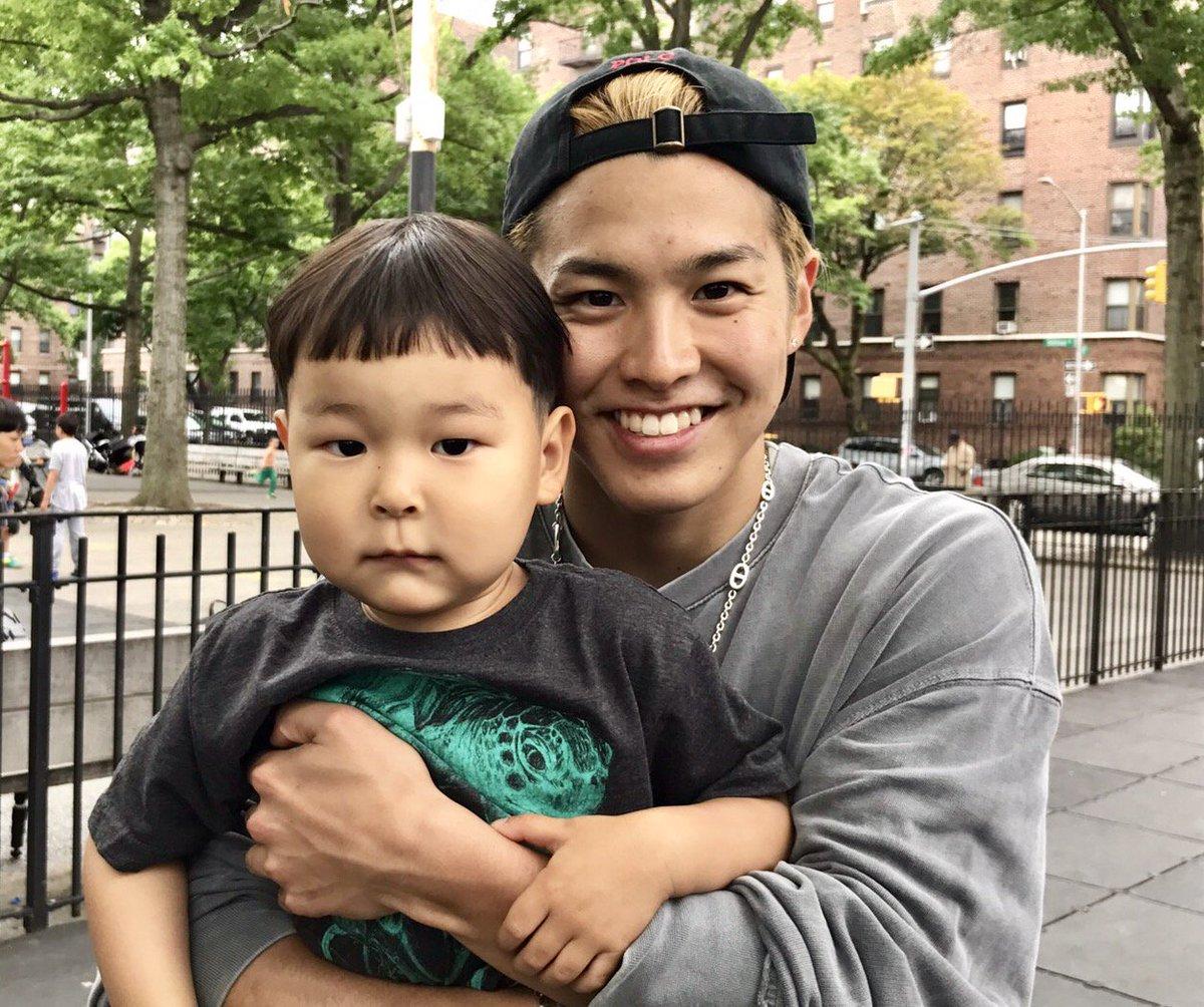 【#THERAMPAGEボーカルチーム初NYロケ密着日記】 ニューヨークの子どもたちと遊びながら英会話向上! #RIKU - 密着ドキュメント番組は8月に放送決定!☞https://t.co/7kTviLp59P https://t.co/7nHUzuakeB