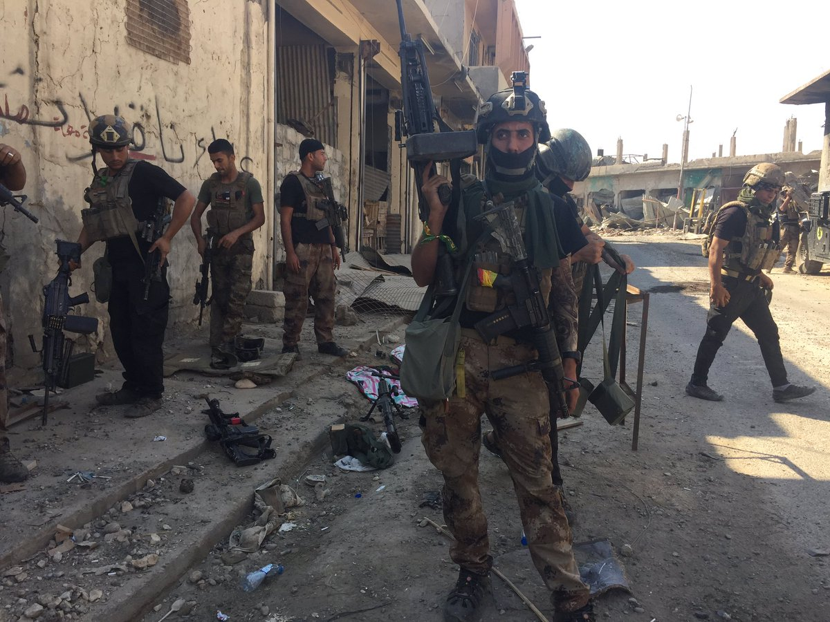 Iraqi counterterrorism forces preparing to enter the Old City on foot. Brave as hell. https://t.co/NXb7oPluLh