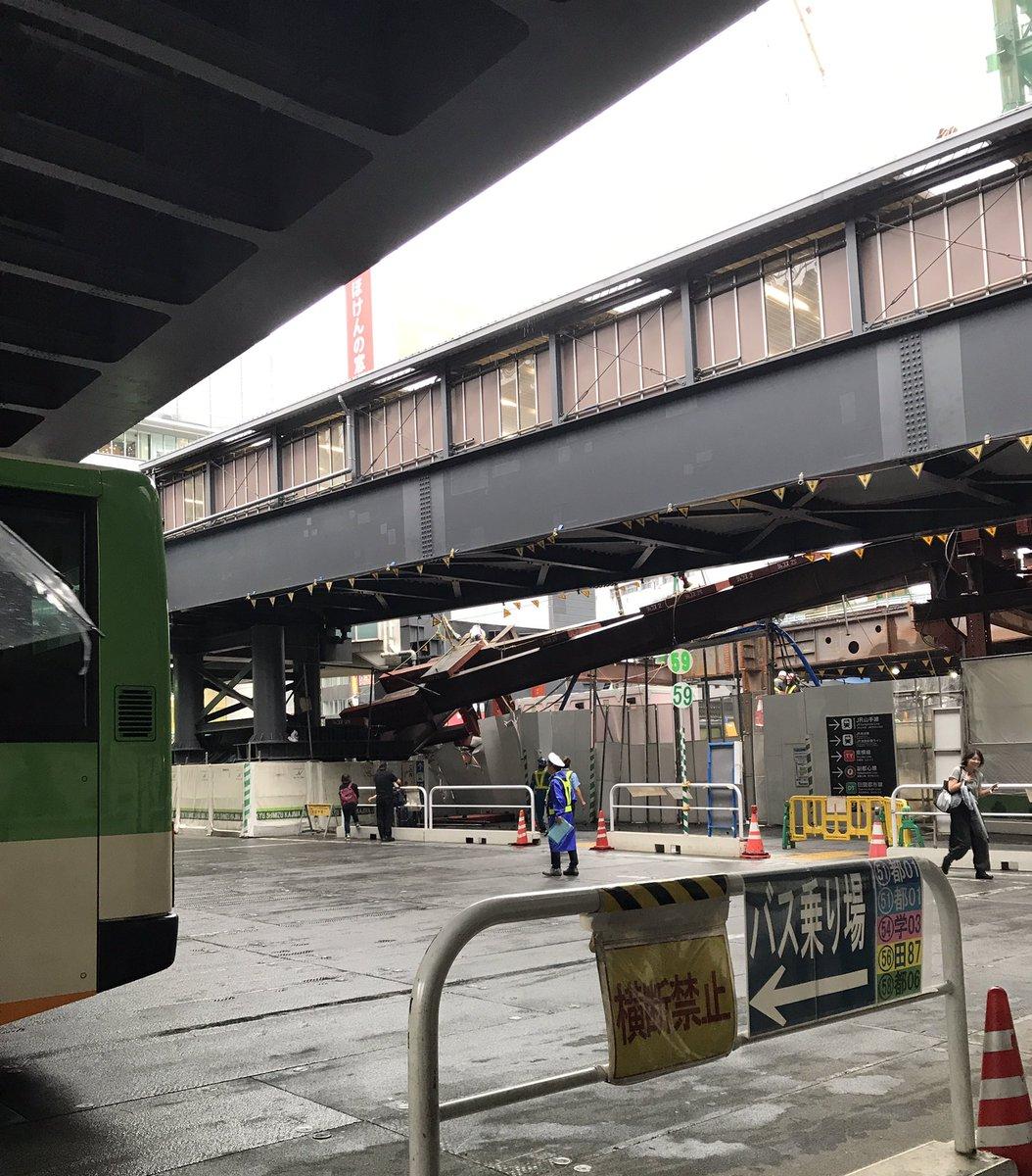 渋谷駅で工事中の鉄の塊落ちてきた😱30秒遅かったら下敷きだったな、、下いた人大丈夫だったかな😰