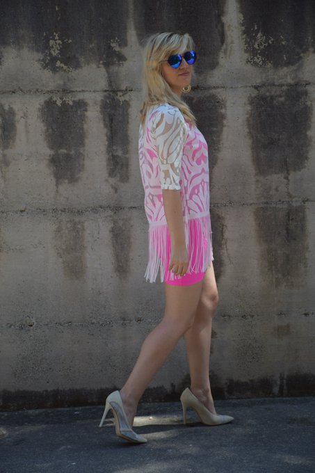 OUTFIT FUCHSIA DRESS AND FRINGED SHIRT