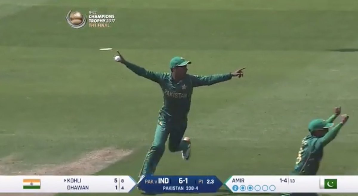 A huge moment for Pakistan as Virat Kohli spooned a catch to point and Shadab Khan made no mistake   🎥 WATCH: https://t.co/CebFUcKyu0